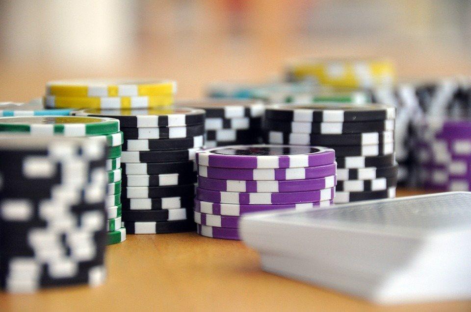 Vind Three Card Poker på live casino – Læs vores guide her!